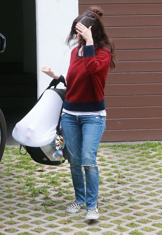 Rachel Bilson przy�apana z c�reczk� (FOTO)