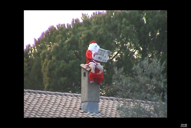 Mikołaj defekujący na kominie i biegacz na taśmie w markecie