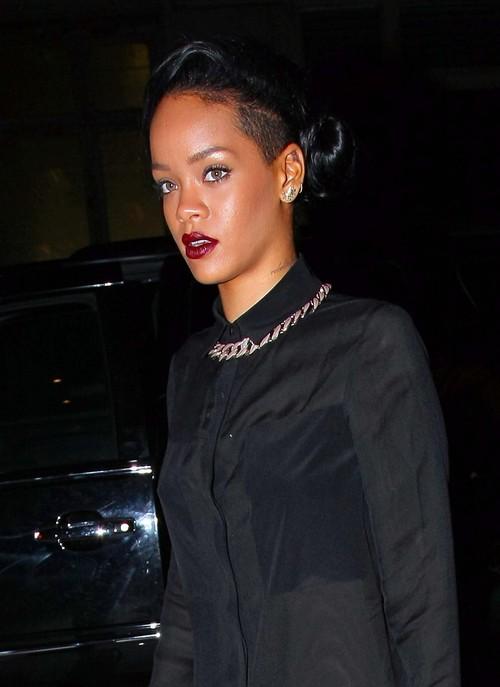 Rihanna w końcu się zasłoniła! (FOTO)