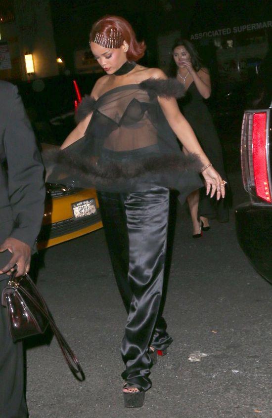 Lataj�ce piersi Rihanny - wpadka czy rutyna? (FOTO)