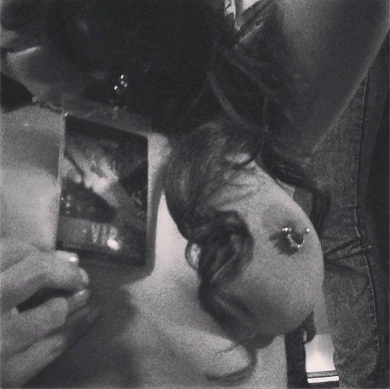 Rihanna pokazuje przekłutego sutka (FOTO)