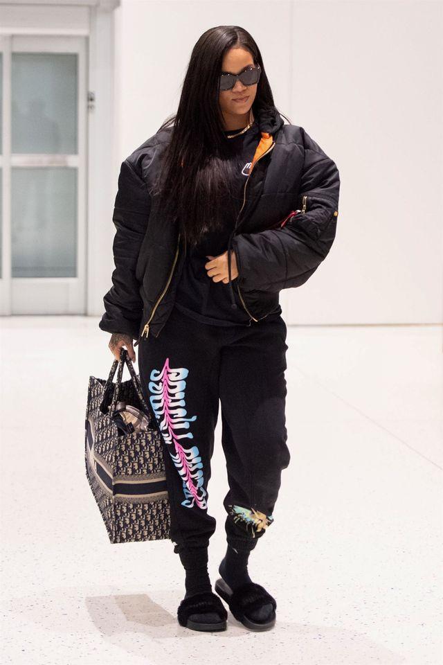 Rihanna uparcie lansuje tą DZIWNĄ modę (ZDJĘCIA)