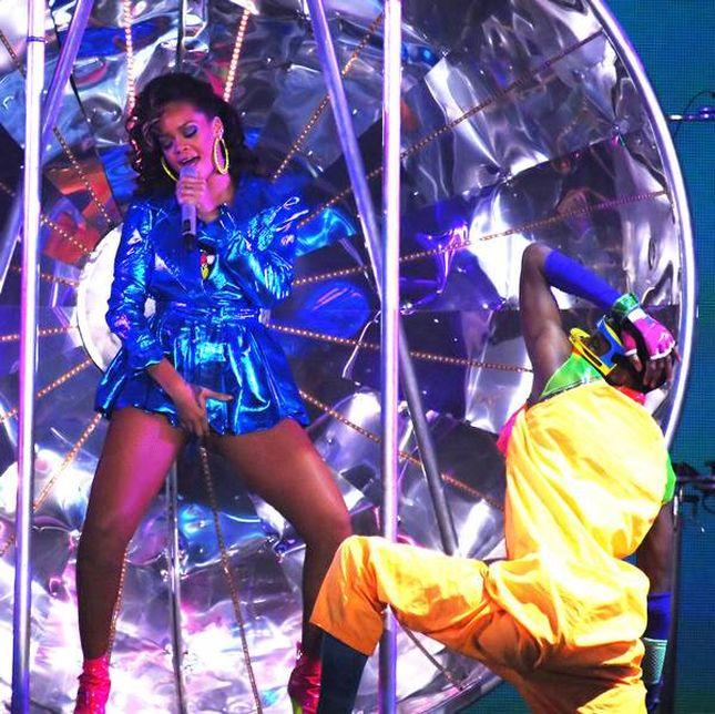 Rihanna obsypuje dolarami striptizerki! Ostre zdjęcia