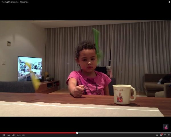 Rzuca tosta za siebie i trafia do tostera! [VIDEO]