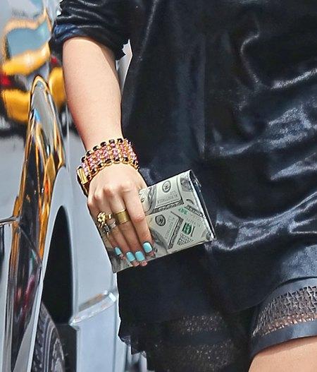 Rita Ora obwieszona gadżetami jak choinka (FOTO)