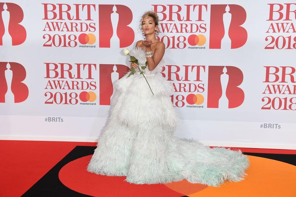 Rihanna ZGRZYTA ZĘBAMI z zazdrości na widok Rity Ory z Brit Awards (ZDJĘCIA)