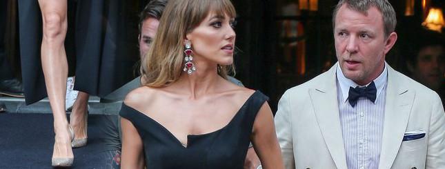 Świeżo upieczona żona Guy'a Ritchiego uwodzi na premierze