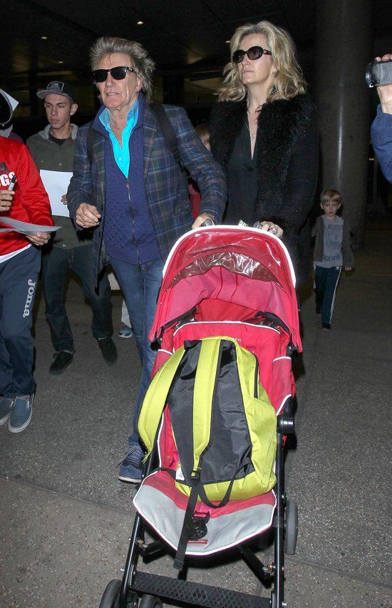 70-letni gwiazdor z wózkiem na lotnisku (FOTO)