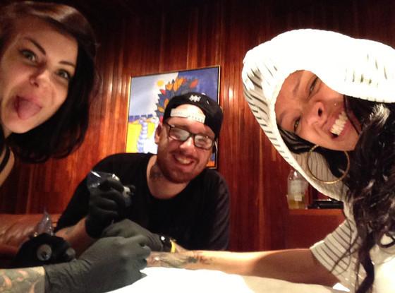 Rihanna skończyła swój najnowszy tatuaż (FOTO)