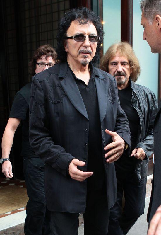 Ojciec heavy metalu z pieskiem na ręku (FOTO)