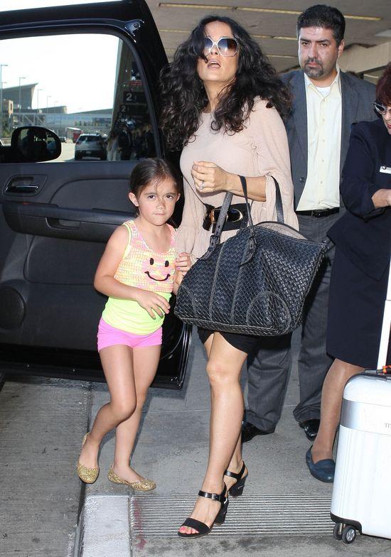 Córeczka Salmy Hayek wstydzi się paparazzi (FOTO)
