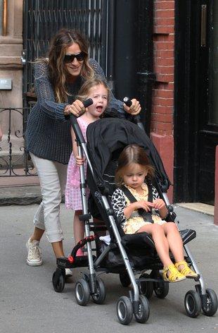 Sarah Jessica Parker na spacerze z córkami (FOTO)