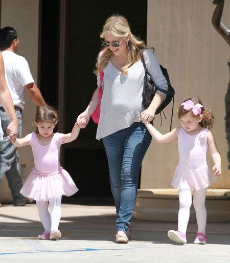 Ciężarna Sarah Michelle Gellar na spacerze z córką (FOTO)