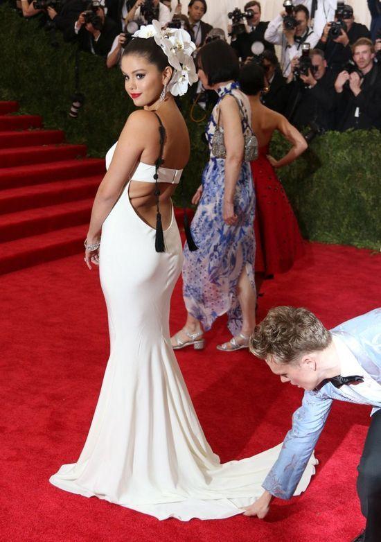 Selena Gomez unika�a Kendall Jenner na gali MET