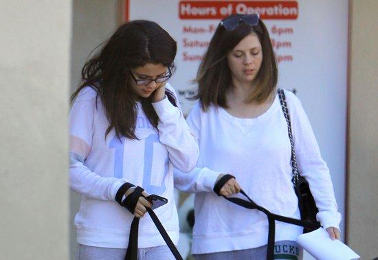 Selena Gomez w okularach (FOTO)