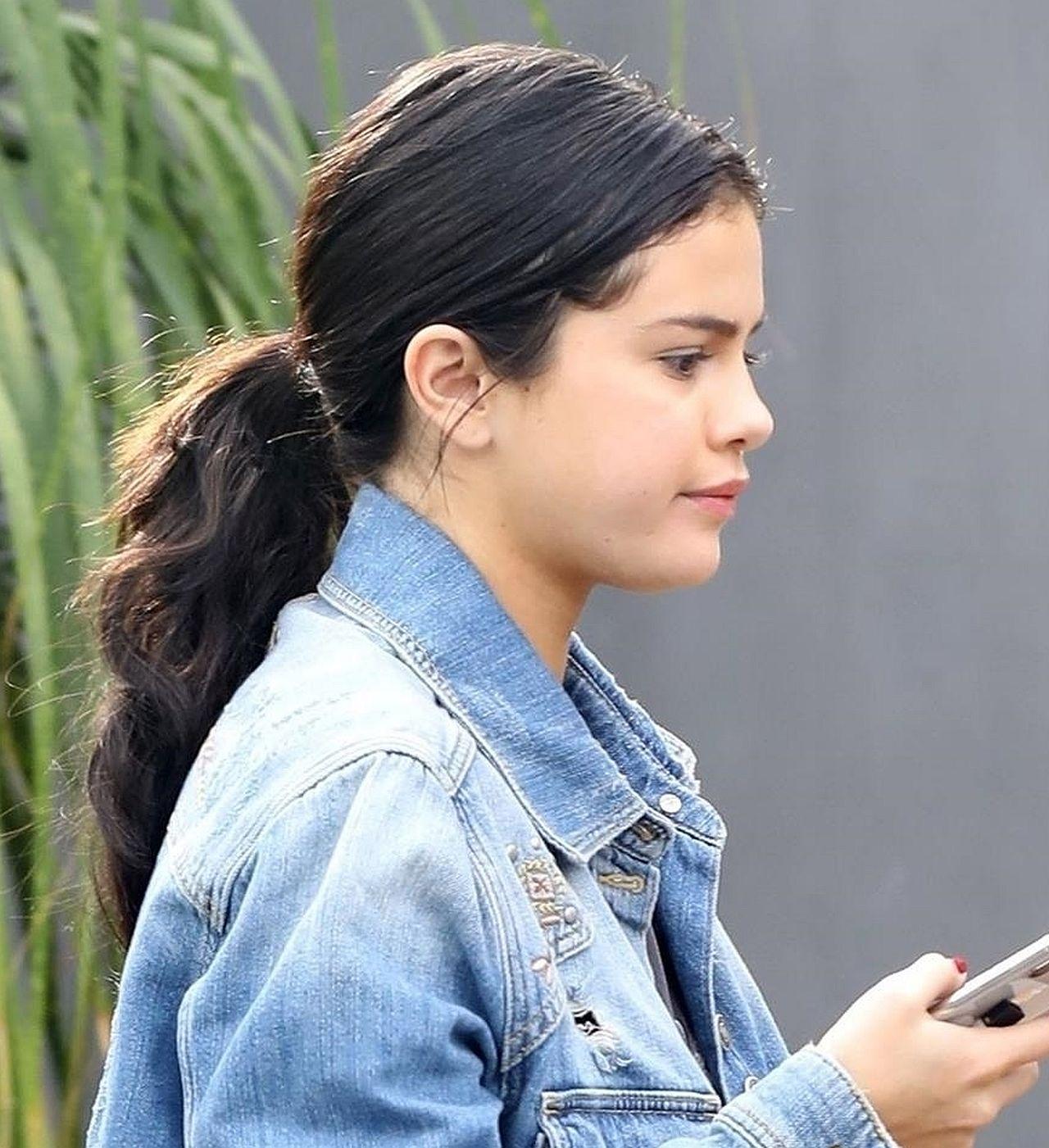 Selena Gomez BEZ MAKIJAŻU w luźnej, jeansowej kurtce (ZDJĘCIA)