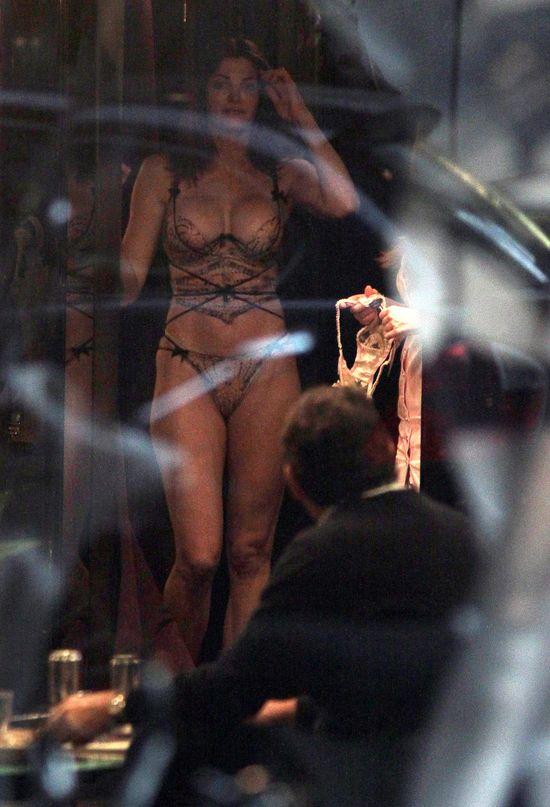 Stephanie Seymour przymierza seksowną bieliznę (FOTO)