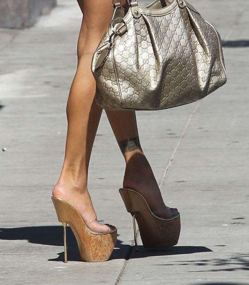 Jak ona może chodzić w takich szpilkach? (FOTO)