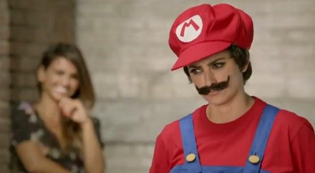 Penelope i Monica Crus grają w Mario Bros. [VIDEO]