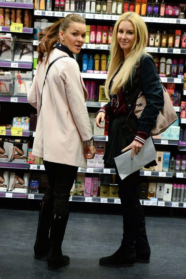 Siostry Radwańskie robią zakupy na oczach gromady fotoreporterów (FOTO)