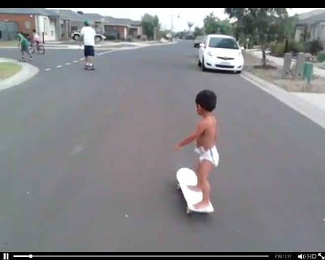Dwulatek w pampersie zasuwa na deskorolce