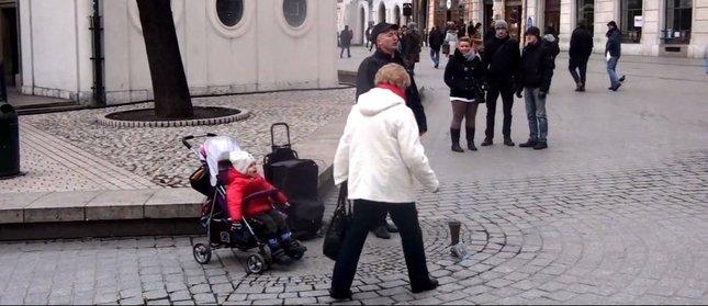 Wzruszające – dziewczynka śpiewa na ulicy [VIDEO]