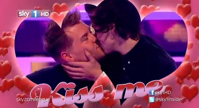 Harry Styles pocałował faceta! (VIDEO)