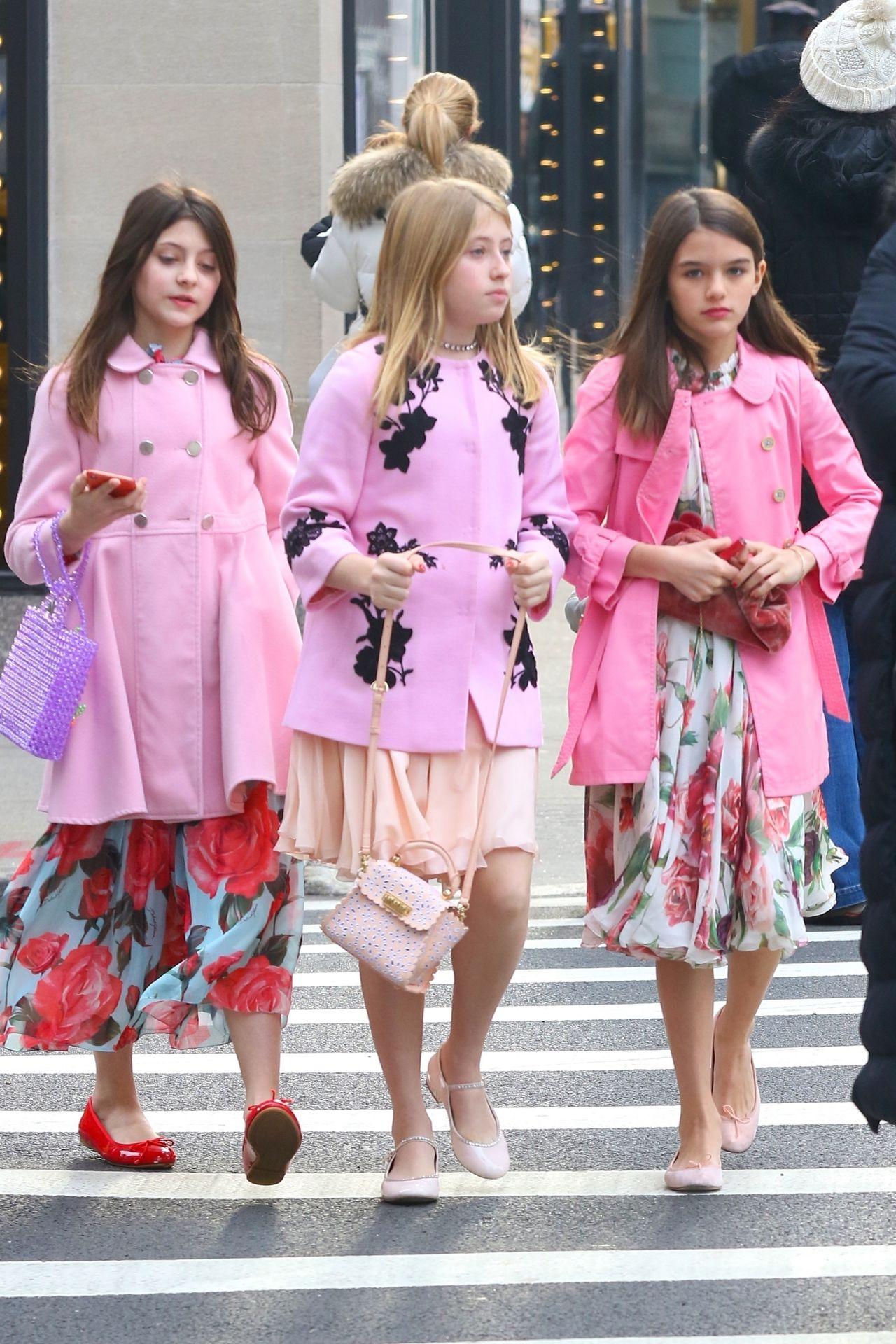 Suri Cruise (12 l.) cała w różu z koleżankami na spacerze po Nowym Jorku