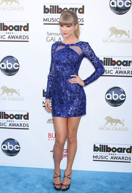 Taylor Swift wystawi�a j�zyk widz�c buziaka Gomez i Biebera