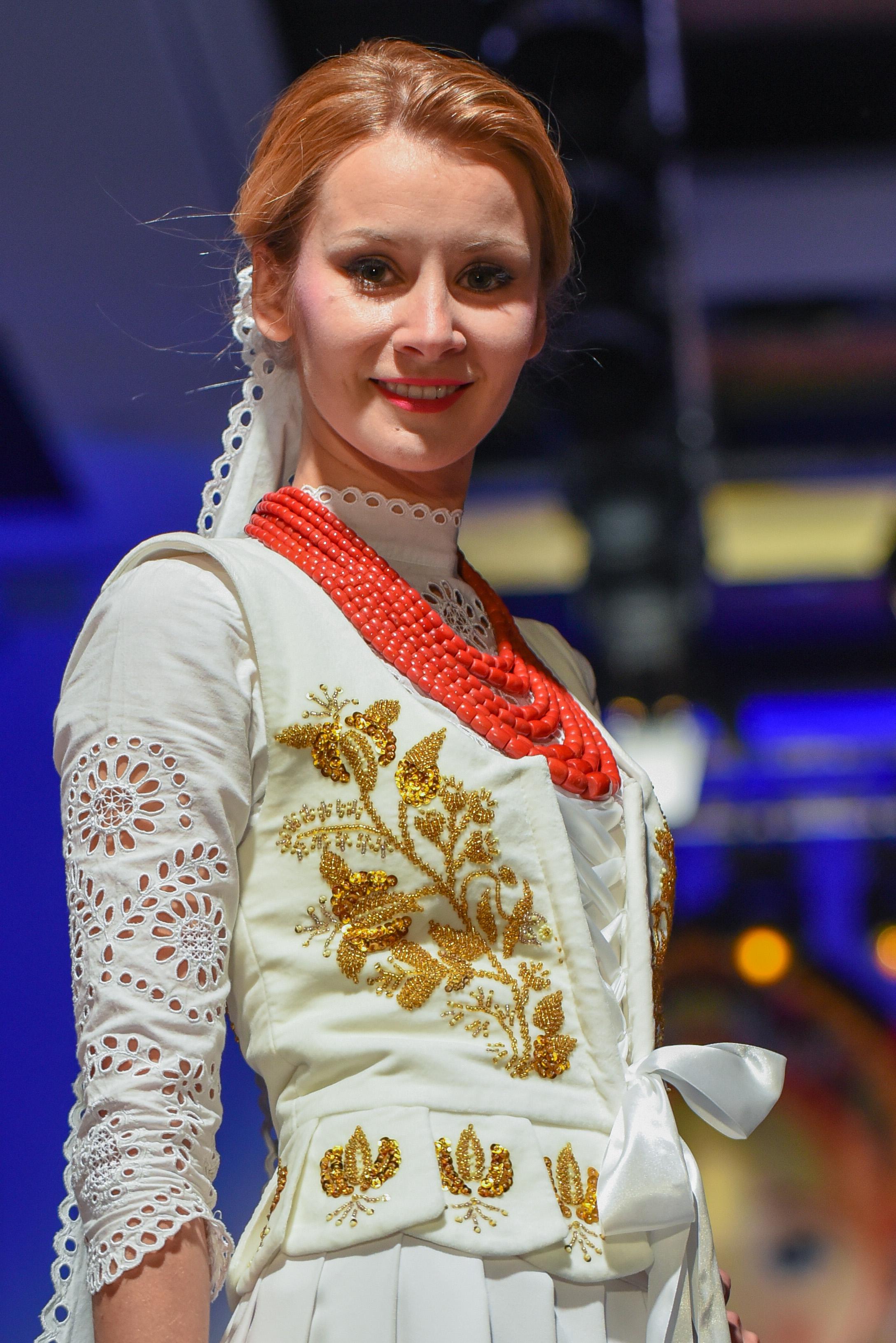 Ewa Bilan jako modelka na góralskim pokazie mody w pięknej sukni ŚLUBNEJ