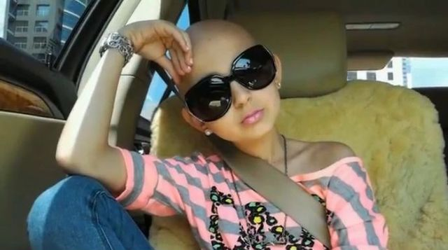 Chora na raka dziewczynka uczy, jak zrobić makijaż [VIDEO]