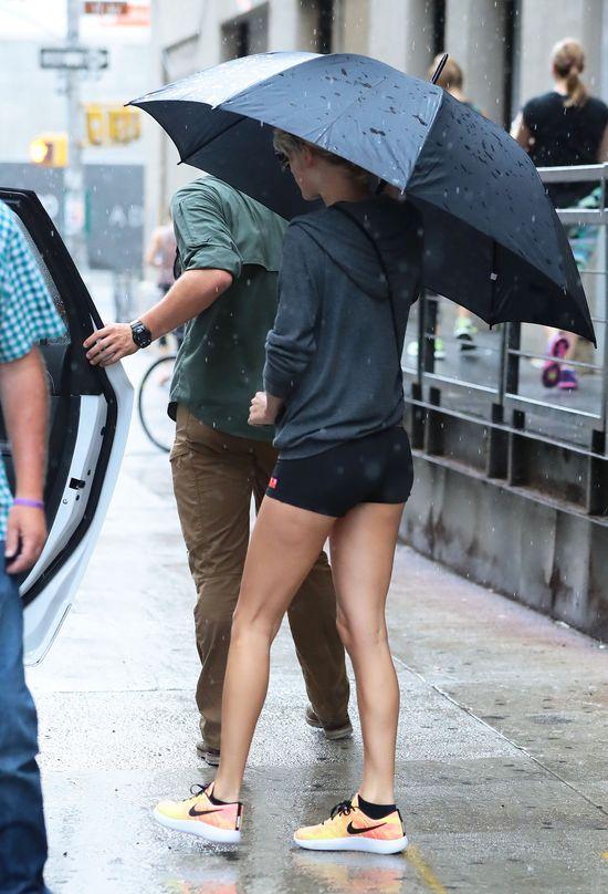 Kim Kardashian nie założyłaby aż tak krótkich szortów. Zrobiła to Taylor!