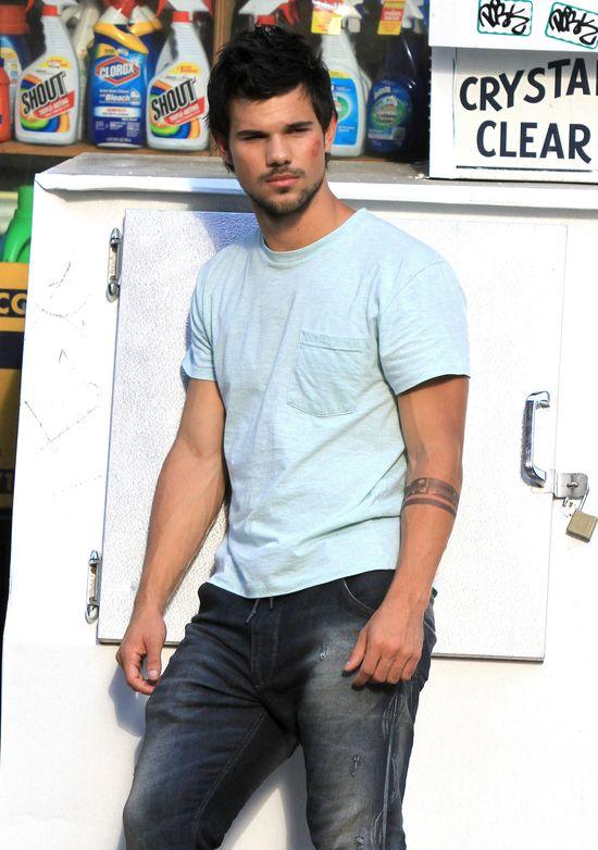 Taylor Lautner z poranioną twarzą