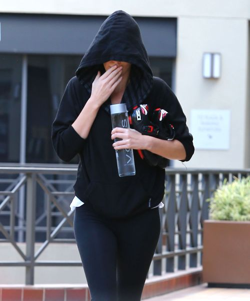 Charlize Theron ukry�a si� pod kapturem (FOTO)