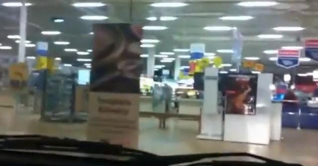 Rajd samochodem przez supermarket (VIDEO)