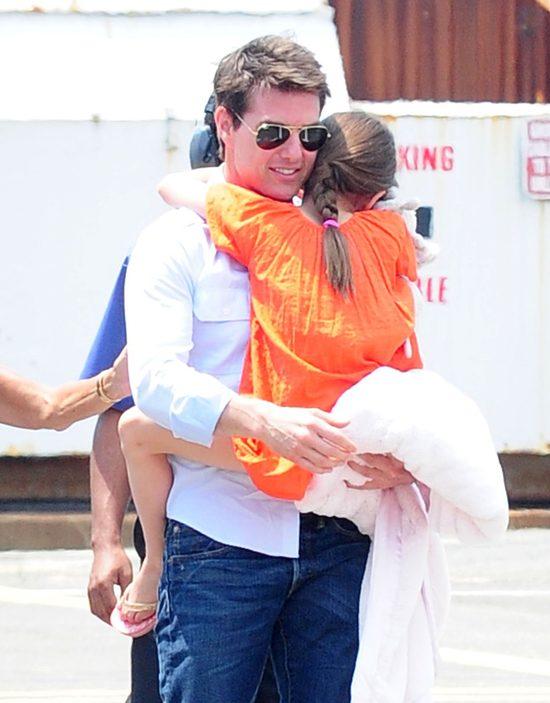 Tom Cruise znów nosi Suri na rękach