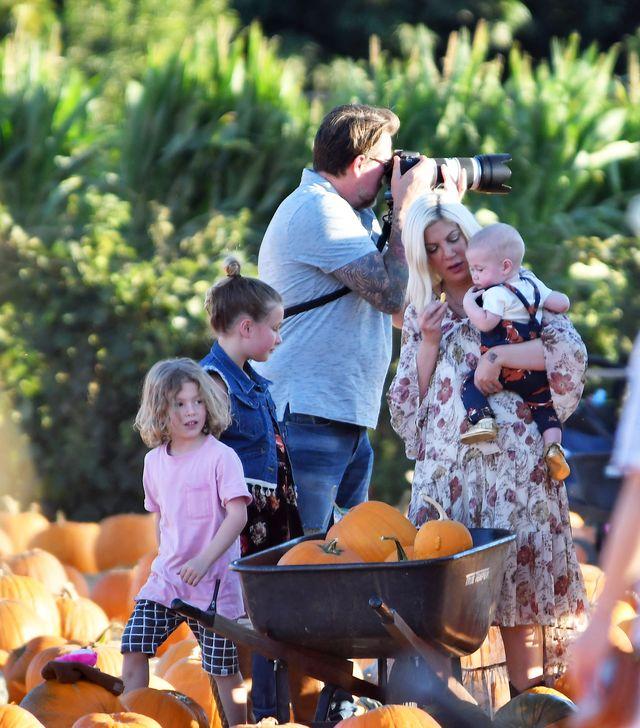 Tori Spelling z pięciorgiem dzieci na dyniowej farmie (ZDJĘCIA)