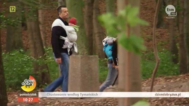 Maria Tymańska uczy Tymona, jak nosić dziecko w chuście
