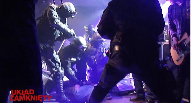 Kazik zakuty w kajdanki przez antyterrorystów (VIDEO)