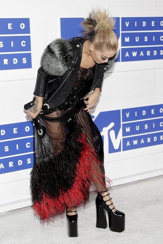 Rita Ora naprawdę przyszła W TYM na MTV VMA 2016?! (FOTO)