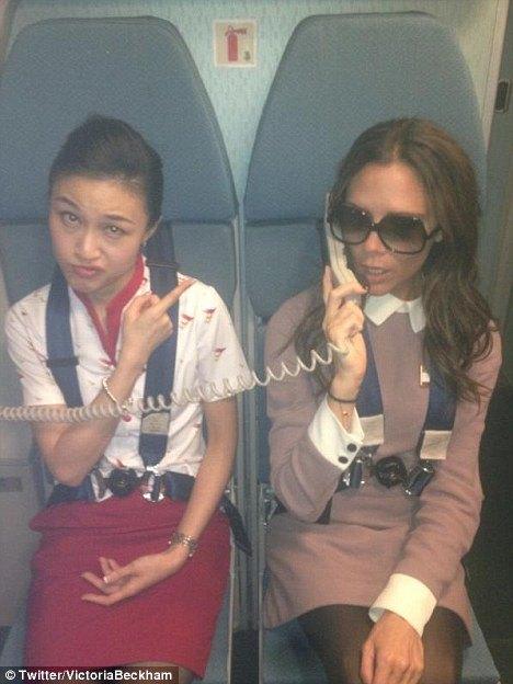 Victoria Beckham bawi się w stewardessę (FOTO)