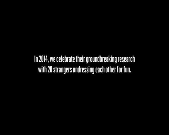 Obcy ludzie rozbierają się i kładą razem do łóżka [VIDEO]