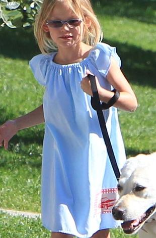 Czyja córeczka bezstrosko bawi się z psem? (FOTO)
