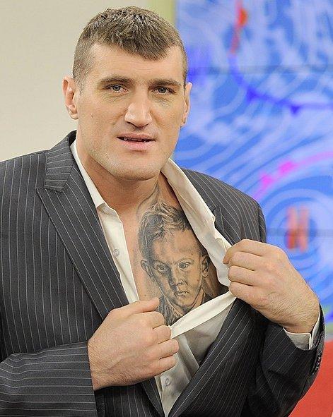Herbuś ogląda tatuaż Mariusza Wacha (FOTO)