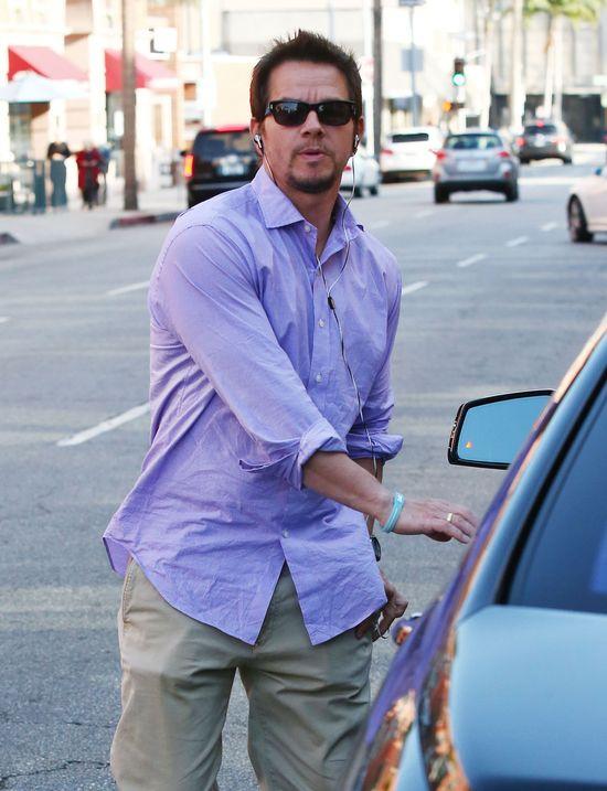 Mark Wahlberg z piękną żoną na zakupach (FOTO)