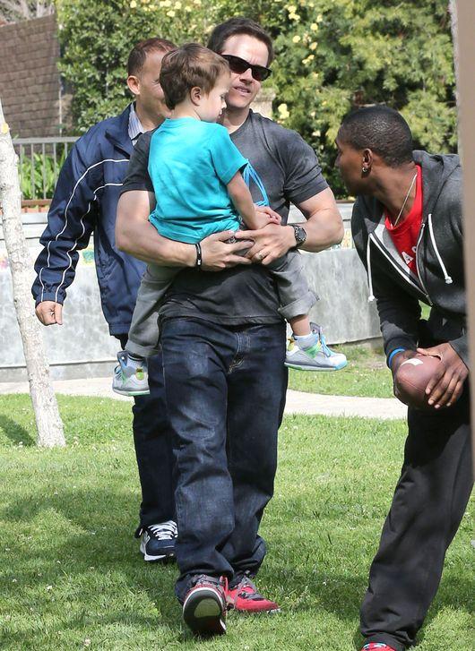 Mark Wahlberg lubi aktywnie spędzać czas z synem (FOTO)