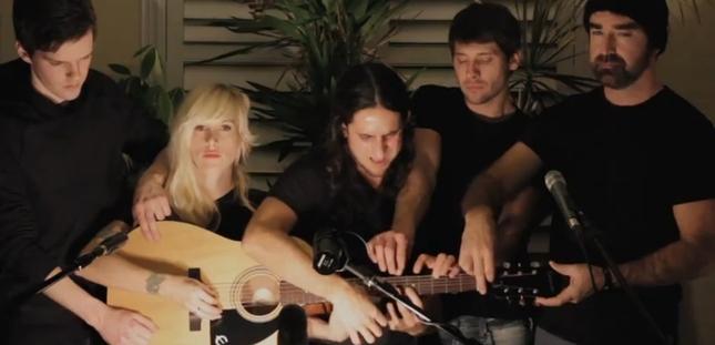 Ile osób może grać na jednej gitarze? [VIDEO]