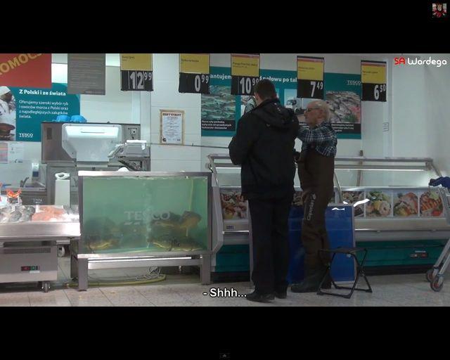 Czy ten dziadek oszalał? Łowi ryby w Tesco! [VIDEO]