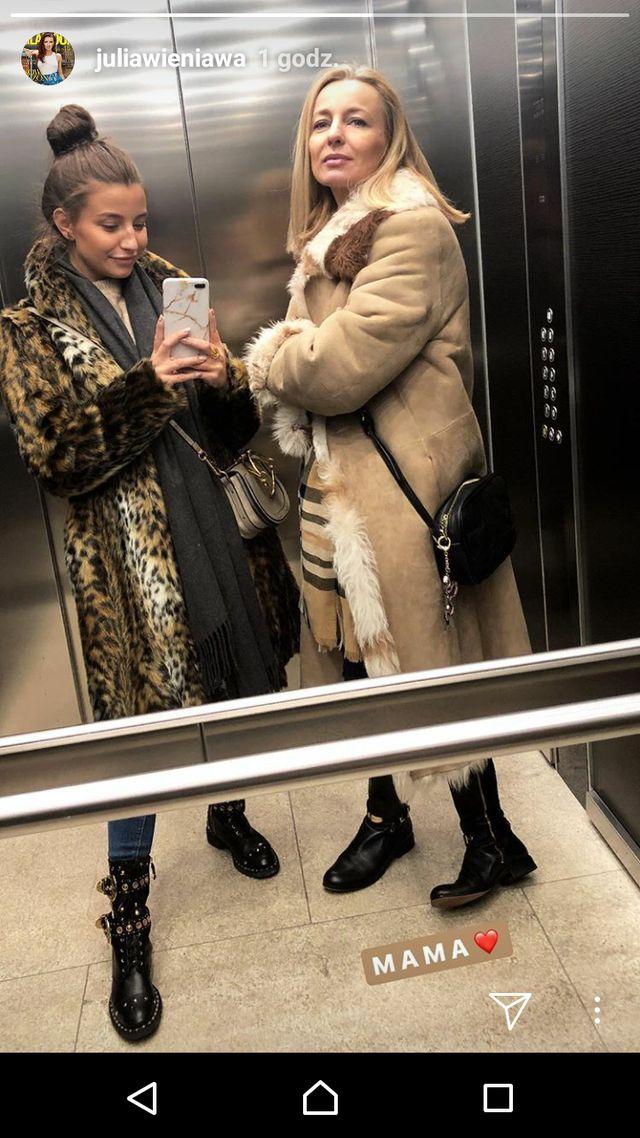 Julia Wieniawa pozuje w windzie ze swoją MAMĄ (Instagram)