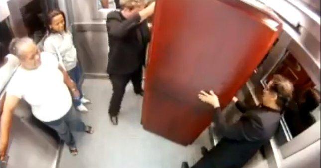 Horror w windzie – trup wypada z trumny [VDEO]